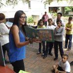 Niñas y niños disfrutaron de una tarde de cuentos bajo el samán